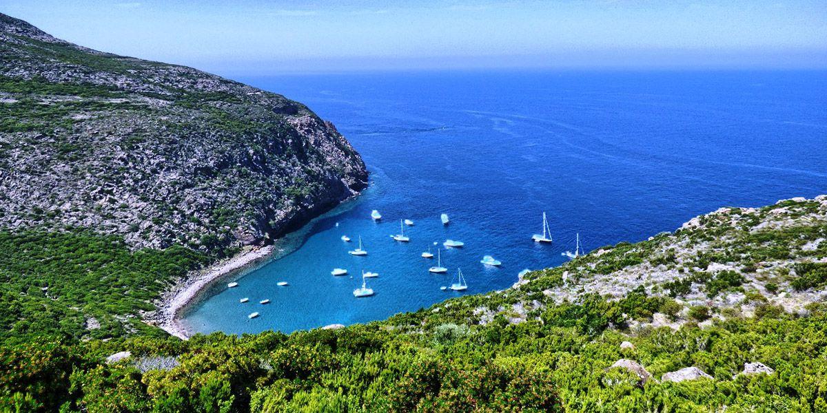 Vacanza a vela di un weekend a Capraia, mini crociera nell'arcipelago toscano con un esperto skipper di vela