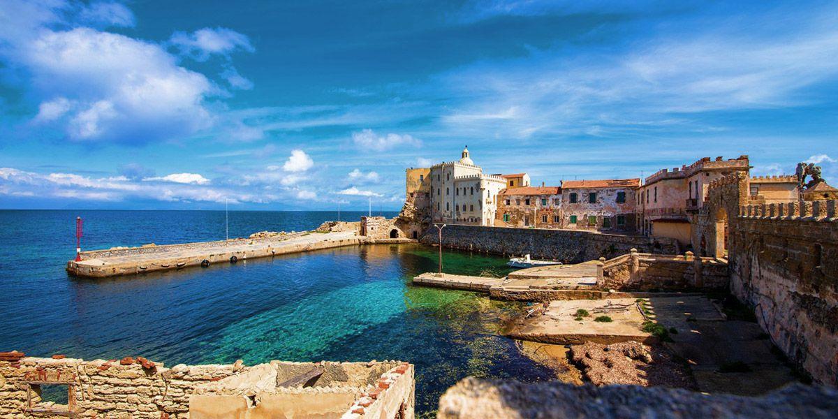 Vacanza in barca a vela a Pianosa nell'arcipelago Toscano, weekend e mini crociera fra le isole della Toscana. Giglio, Elba, montecristo e capraia